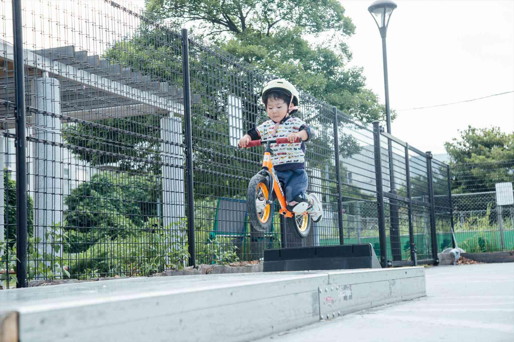 1歳半でストライダーに乗り始め、2歳でトリックをメイクする!